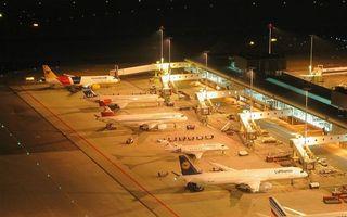 Заставки ночь, аэропорт, здания, самолеты, люди, техника, фонари