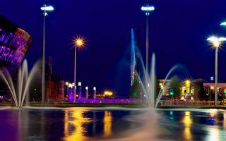 Бесплатные фото ночь,фонтан,струи,брызги,фонари,огни,строения