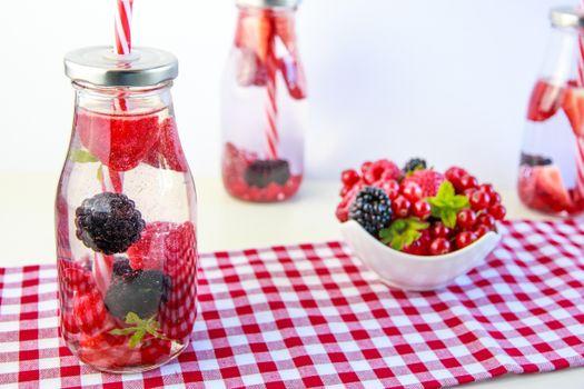 Бесплатные фото напиток,ягоды,клубника,ежевика,красная смородина,бутылки,трубочки