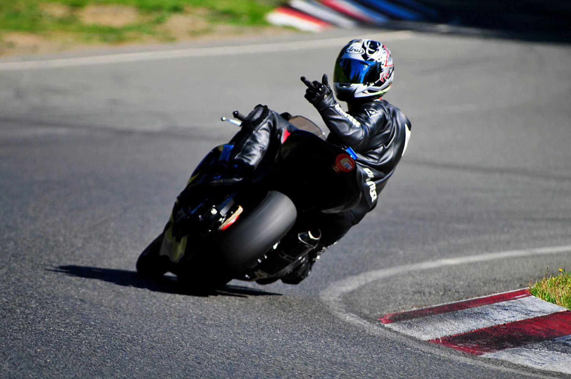 Обои мотоциклист, трек, издевка, не догонишь