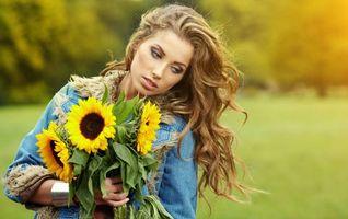 Заставки девушка, красавица, взгляд, букет, цветы, подсолнухи