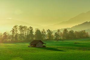 Бесплатные фото закат,поле,горы,домик,деревья,пейзаж