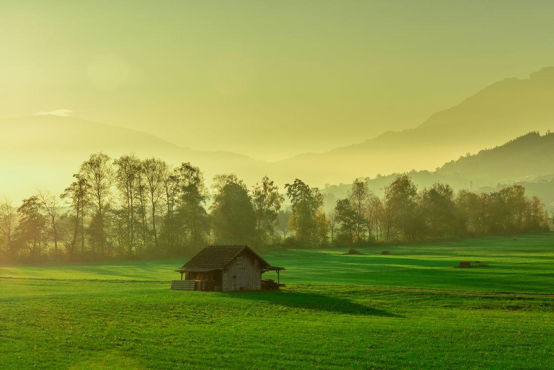 Фото бесплатно закат, поле, горы, домик, деревья, пейзаж, пейзажи