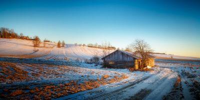 Бесплатные фото поля,холмы,зима,дорога,домик,пейзаж