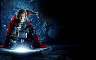 Фото бесплатно супергерой, тор, костюм, молот, поза