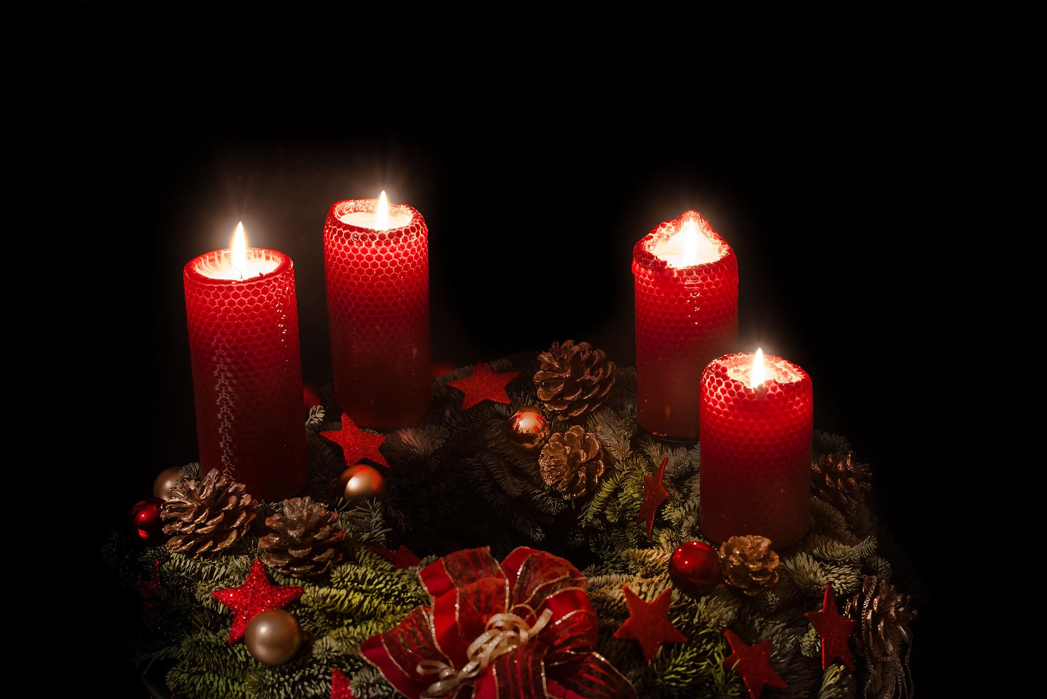 обои свечи, пламя, украшения, шишки картинки фото