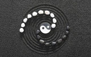 Бесплатные фото знак инь янь,камушки,песок,черно-белое