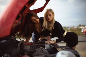 Фото бесплатно девушки, под капотом, двигатель