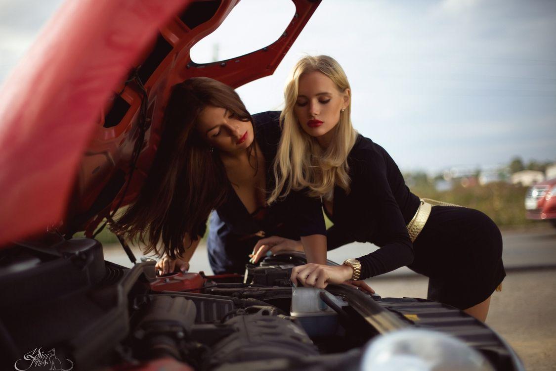 Фото бесплатно девушки, под капотом, двигатель - на рабочий стол