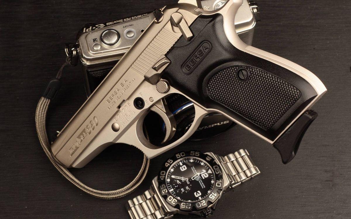 Фото бесплатно пистолет, часы, фотоаппарат, стол, оружие