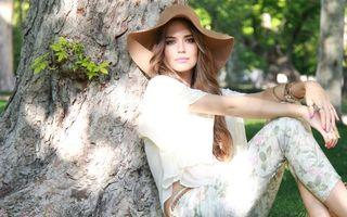 Заставки фотомодель, шляпа, дерево