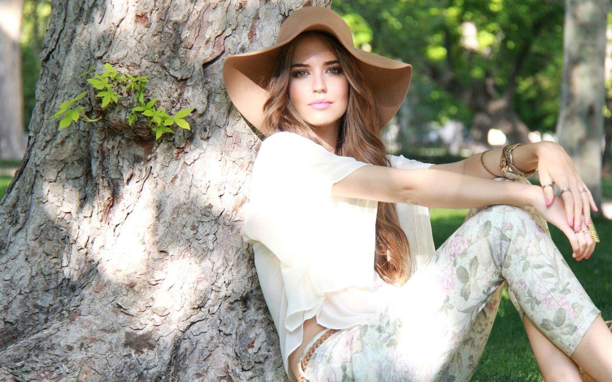 Фото бесплатно фотомодель, шляпа, дерево - на рабочий стол