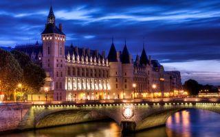 Фото бесплатно Консьержери, Париж, королевский замок, поздний вечер, освещение, огни, небо, облака, берег реки, мост