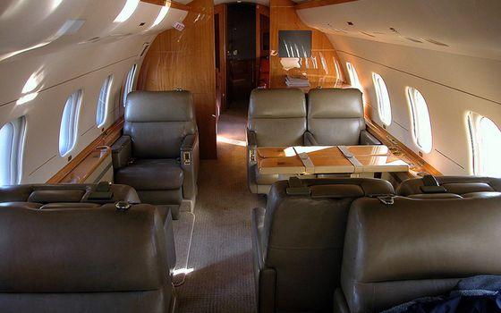 Бесплатные фото самолет,бизнес класс,салон,кресла,стол,иллюминаторы