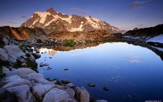 Бесплатные фото озеро,камни,горы,вершины,снег,небо,облака