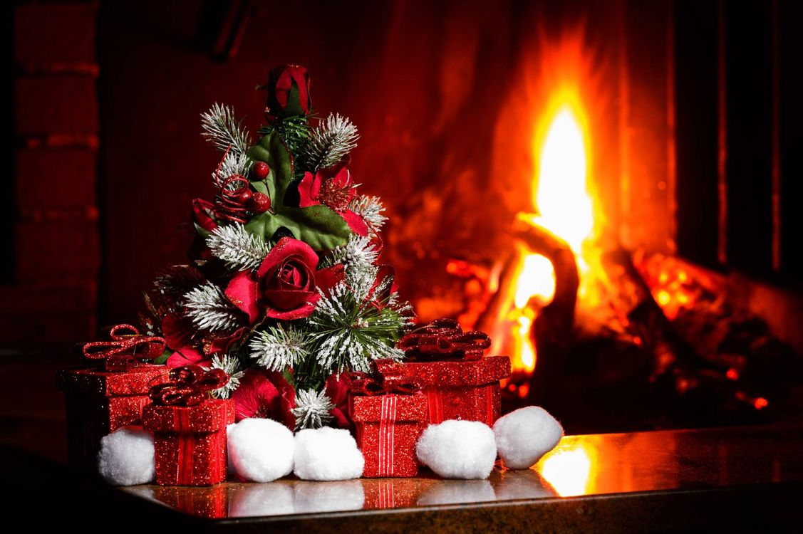 Фото бесплатно новогодняя елочка, подарки, камин, новый год