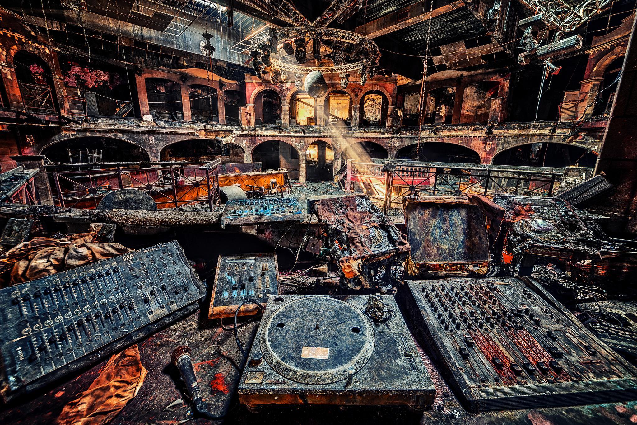 заброшенный ночной клуб, диджей, руины