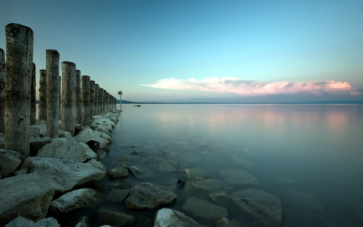 Фото бесплатно камни, сваи, озеро, горизонт, небо, облака, пейзажи