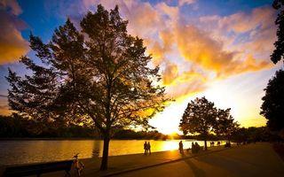 Бесплатные фото вечер,река,набережная,деревья,люди,прогулка,небо