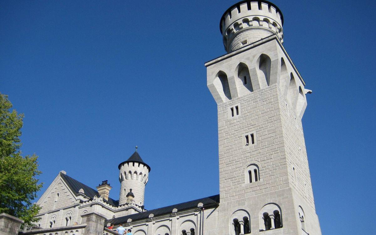 Фото бесплатно замок, крыша, башни, кладка, люди, экскурсия, разное - скачать на рабочий стол