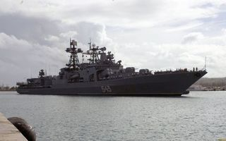 Фото бесплатно военный корабль, палуба, вооружение, люди, антенны, море, порт