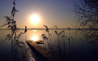 Бесплатные фото вечер,берег,трава,дерево,мостик,озеро,небо